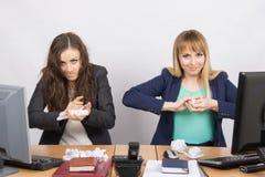 Impiegati di sgualcitura di carta dell'ufficio fino a qualcosa Immagini Stock Libere da Diritti