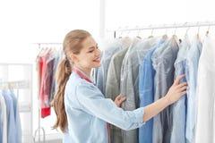 Impiegato che lavora al ` s del asciutto-pulitore fotografie stock