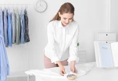 Impiegato che lavora al ` s del asciutto-pulitore fotografie stock libere da diritti