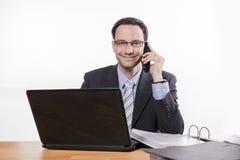 Impiegato commesso che sorride al telefono Fotografia Stock