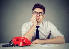 Impiegato corporativo banale che si siede nel suo fantasticare dell'ufficio fotografie stock