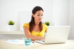 Impiegato corporativo ispano che pratica il surfing il web Immagini Stock