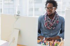 Impiegato creativo sorridente di affari che ha una video chiamata Fotografia Stock