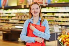 Impiegato del supermercato con la lavagna per appunti Fotografia Stock