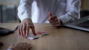 Impiegato della Banca che dà gli euro del cliente, servizio di scambio di soldi, valuta estera, credito immagini stock