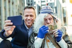 Impiegato di concetto anziano che ritiene felice dopo l'aiuto della persona di via fotografie stock libere da diritti