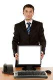 Impiegato di concetto che tiene il monitor in bianco del computer con il percorso di ritaglio Fotografia Stock