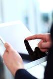 Impiegato di concetto che usando un touchpad per analizzare i dati statistici Immagini Stock