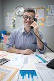 Impiegato di concetto del nerd sul telefono fotografia stock