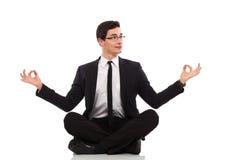 Impiegato di concetto divertente che si siede nella posizione di loto. Fotografia Stock