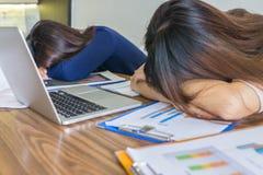 Impiegato di concetto due che dorme nel luogo di lavoro Fotografie Stock