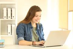 Impiegato di concetto felice che lavora con un computer portatile sulla linea Immagine Stock