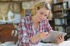 Impiegato di concetto femminile creativo con il computer del pc della compressa immagine stock libera da diritti