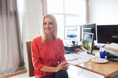 Impiegato di concetto femminile creativo felice con i computer Fotografie Stock