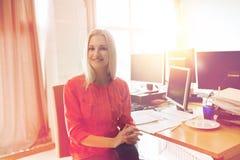 Impiegato di concetto femminile creativo felice con i computer Immagini Stock Libere da Diritti