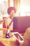 Impiegato di concetto femminile creativo felice con il computer Fotografia Stock