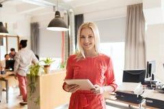 Impiegato di concetto femminile creativo felice con il pc della compressa Fotografia Stock