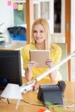 Impiegato di concetto femminile creativo felice con il pc della compressa Fotografie Stock