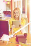 Impiegato di concetto femminile creativo felice con il pc della compressa Fotografie Stock Libere da Diritti