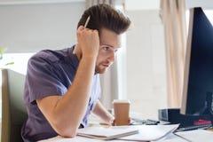 Impiegato di concetto maschio creativo con il pensiero del caffè Immagine Stock Libera da Diritti