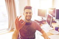 Impiegato di concetto maschio creativo felice che mostra segno giusto Fotografia Stock Libera da Diritti