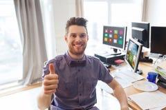 Impiegato di concetto maschio felice che mostra i pollici su Fotografia Stock Libera da Diritti