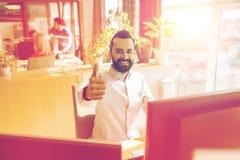 Impiegato di concetto maschio felice che mostra i pollici su Immagine Stock Libera da Diritti
