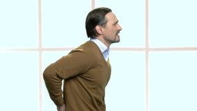 Impiegato di concetto maschio maturo che ha dolore posteriore archivi video