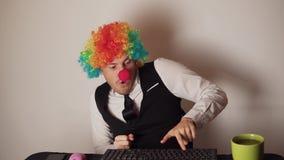 Impiegato di concetto nella parrucca del pagliaccio, concetto del pagliaccio sul lavoro archivi video