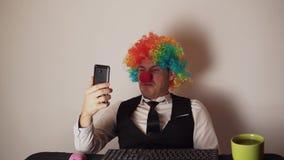 Impiegato di concetto nella parrucca del pagliaccio, concetto del pagliaccio sul lavoro stock footage