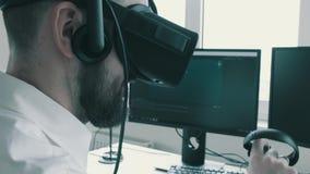 Impiegato di concetto in primo piano di vetro di realtà virtuale La macchina fotografica discende sulle leve di comando nelle man stock footage