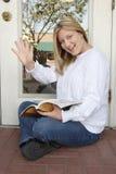 Impiegato di donna allegro che attende all'aperto & che fluttua Fotografia Stock