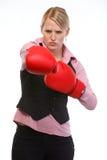 Impiegato di donna di rabbia nella perforazione dei guanti di inscatolamento Immagine Stock