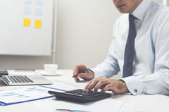 Impiegato di ufficio con il calcolatore e la penna Fotografia Stock