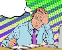 Impiegato di ufficio stanco triste che si siede al suo scrittorio nei precedenti Fotografia Stock