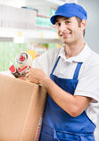 Impiegato di vendite con la scatola di cartone Fotografia Stock