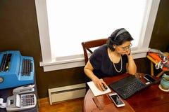 Impiegato femminile nella regolazione del Ministero degli Interni Fotografie Stock Libere da Diritti