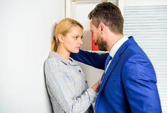 Impiegato inaccettabile del subalterno di comportamento del capo La lavoratrice soffre da aggressione sessuale e da molestie Prev fotografia stock libera da diritti