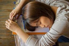 Impiegato laborioso che dorme sui rapporti Immagine Stock
