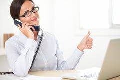 Impiegato latino che fa felicemente servizio di assistenza al cliente Immagini Stock Libere da Diritti
