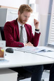Impiegato sul lavoro in ufficio Immagini Stock Libere da Diritti