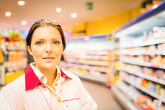 Impiegato At The Supermarket di vendite Immagine Stock
