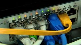 Impiego di attrezzature per la trasmissione digitale del segnale televisivo video d archivio