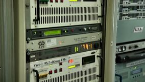 Impiego di attrezzature per la trasmissione digitale del segnale televisivo stock footage