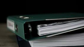 Impilamento degli archivi con lavoro di ufficio stock footage