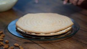 Impilamento degli strati del dolce Produrre torte con il materiale da otturazione del buttercream stock footage
