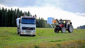 Impilando sul silaggio su un camion della base di Volvo FH12 Immagine Stock