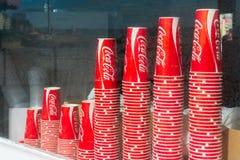 Impilato su coca-cola beva le tazze di carta al negozio di finestre di Brighton Pier a Brighton, Regno Unito immagini stock libere da diritti