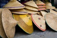 Impili i cappelli di paglia conici dei coltivatori cinesi del riso del og Immagini Stock
