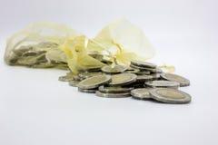 Impili le monete Tailandia e una borsa delle monete Immagini Stock Libere da Diritti
